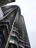 Lange Wolkenkrabber die Arxhitechtual-Bezit bouwen Stock Afbeeldingen