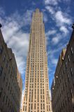 Lange Wolkenkrabber met blauwe hemel Stock Foto