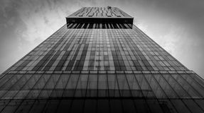 Lange Wolkenkrabber in Zwart-wit Stock Foto's