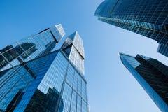 Lange wolkenkrabbers tegen blauwe hemel, bedrijfsconcept van succesvolle industriële architectuur, eigentijdse stadsbouw Royalty-vrije Stock Afbeelding
