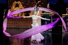 Lange zijde de dans-tweede handeling: een feest in de van het paleis-heldendicht de Zijdeprinses ` dansdrama ` stock fotografie