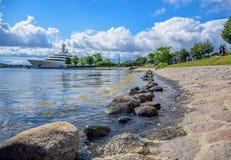Langelinie码头和散步在Langelinie公园旁边在哥本哈根中部,丹麦 免版税图库摄影