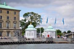 Langelinie: paviljoenen met groene koepels, antieke kraan en mensen op vakantie royalty-vrije stock afbeeldingen