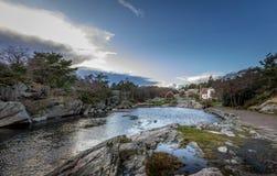 Langenes,挪威- 2017年11月18日:咆哮在Helleviga度假区,与老木房子在背景中 图库摄影