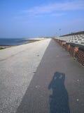 Langeoog-Promenade mit Schatten Lizenzfreie Stockfotografie