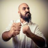 Langer Bart des verärgerten Kämpfers und Schnurrbartmann Stockbild