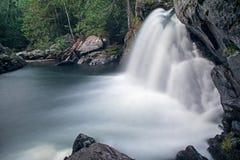 Langer Belichtungs-Wasserfall am Berg Carleton Provincial Park stockbild