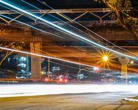 Langer Belichtungslandstraßenschuß lizenzfreie stockfotografie