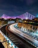 Langer Belichtungsschuß der hohen Qualität der berühmten Howrah-Brücke in Kolkata Indien Schöne Autospuren stockfotografie
