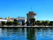 Langer Belichtungsschuß des brach von Saloniki, von Hafen die Gebäude und die Sonne macht den Tag perfekt nach soviel Regen L stockbilder