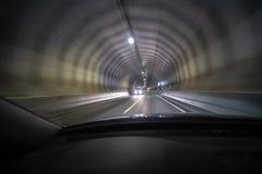 Langer Belichtungsschuß des Tunnels bei Lofoten aus einem Auto heraus, das so das Licht bewegt, schafft Tunnelblickeffekt stockfoto