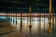 Langer Belichtungsschuß von strukturellen Unterstützungen unter Pier Stockfoto