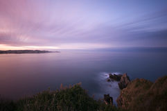 Langer Berührungsmeerblick am Sonnenuntergang. Stockbild