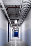 Langer blauer Korridor Lizenzfreies Stockfoto