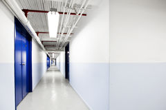 Langer blauer Korridor Lizenzfreie Stockfotografie