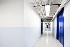 Langer blauer Korridor (mit Raum für Text) Stockbilder