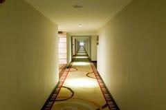 Langer dunkler Korridor mit Licht von der Decke Lizenzfreies Stockfoto