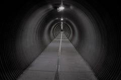 Langer dunkler Tunnel Lizenzfreie Stockfotos