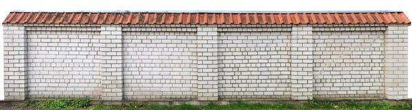 Langer fester Zaun des weißen Ziegelsteines lokalisiert Stockfotos