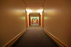 Langer Flur des Hotels Lizenzfreie Stockfotografie