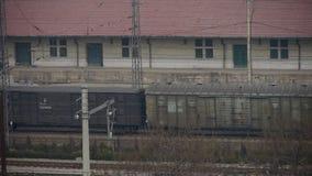 Langer Güterzug, der auf Eisenbahn, nach Bahnhof reist stock footage