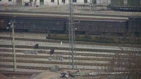 Langer Güterzug, der auf Eisenbahn, nach Bahnhof reist stock video footage