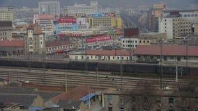 Langer Güterzug, der auf Eisenbahn an Taian-Stadt nahe Berg Tai, nach Bahnhof reist stock video
