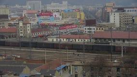 Langer Güterzug, der auf Eisenbahn an Taian-Stadt nahe Berg Tai, nach Bahnhof reist stock video footage