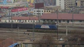 Langer Güterzug, der auf Eisenbahn an Taian-Stadt nahe dem Berg Tai, Bahnstation verlassend reist stock video footage
