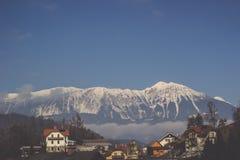 Langer Gebirgszug umfasst im Hintergrund des Schnees und des blauen Himmels Lizenzfreies Stockfoto