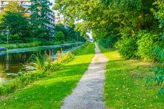 Langer Gehweg in der schönen Wassersee-Parklandschaft Stockbild