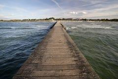 Langer hölzerner Ozeanpier Stockfoto