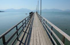 Langer hölzerner Pier am Chiemsee See in Deutschland Lizenzfreie Stockfotos