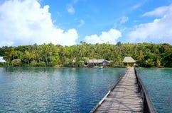 Langer hölzerner Pier in Nananu-ich-Rainsel, Fidschi Stockfotografie