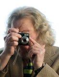Langer Haarpunkt des älteren Mannes und Eintragfadenkamera stockfoto