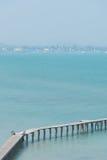 Langer Holzbrückepavillon in schönem tropischem Lizenzfreie Stockfotos