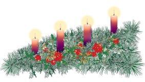 Langer horizontaler verzierter Einführungskranz mit vier purpurroten Kerzen Lizenzfreie Stockbilder