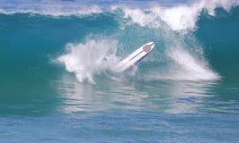 Langer Internatsschüler entfernt sich auf einer Welle an Aliso-Strand im Laguna Beach, Kalifornien Stockfotos