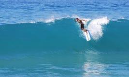 Langer Internatsschüler entfernt sich auf einer Welle an Aliso-Strand im Laguna Beach, Kalifornien Lizenzfreies Stockbild