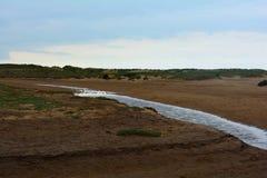 Langer Küstenstrom am Strand, Nordmeer, Holkham-Strand, Vereinigtes Königreich Lizenzfreies Stockbild