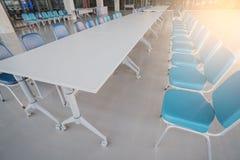 Amazing Langer Konferenztisch Und Stühle Vor Konferenz Im Sitzungssaalbüroinnenraum  Lizenzfreies Stockbild