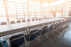 Langer Konferenztisch Und Stühle Vor Konferenz Im Sitzungssaalbüroinnenraum  Stockbilder