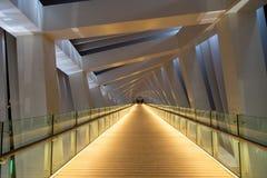 Langer Korridor auf moderner geometrischer Brücke lizenzfreie stockfotos