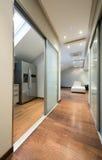 Langer Korridor in der Luxuswohnung Lizenzfreies Stockfoto