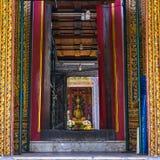 Langer Korridor durch den Wat Ratchabophit-buddist Tempel im Verbot lizenzfreie stockfotos