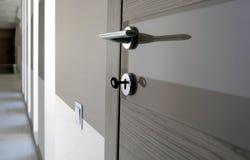 Langer Korridor im Haus mit moderner Tür Stockfotografie