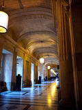 Langer Korridor mit natürlichem und künstlichem Licht Stockfotos