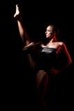 Langer mit Beinen versehener Tänzer im Scheinwerfer Stockfotos