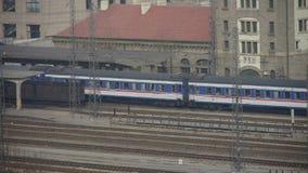 Langer Personenzug, der auf Eisenbahn, nach Bahnhof Bergtai reist stock video