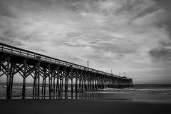 Langer Pier in Schwarzem u. in weißem Stockfoto